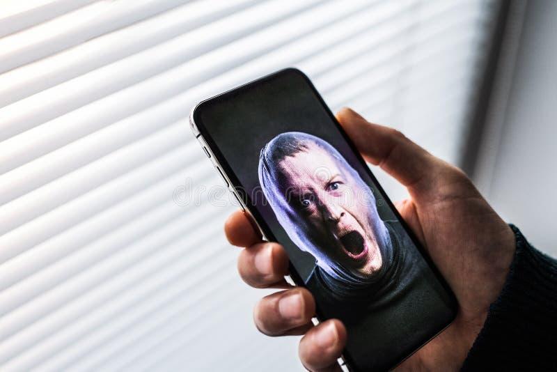 Smartphone используя систему распознавания ID стороны стоковое фото rf