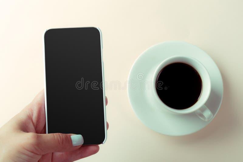 Smartphone и кофе стоковое фото