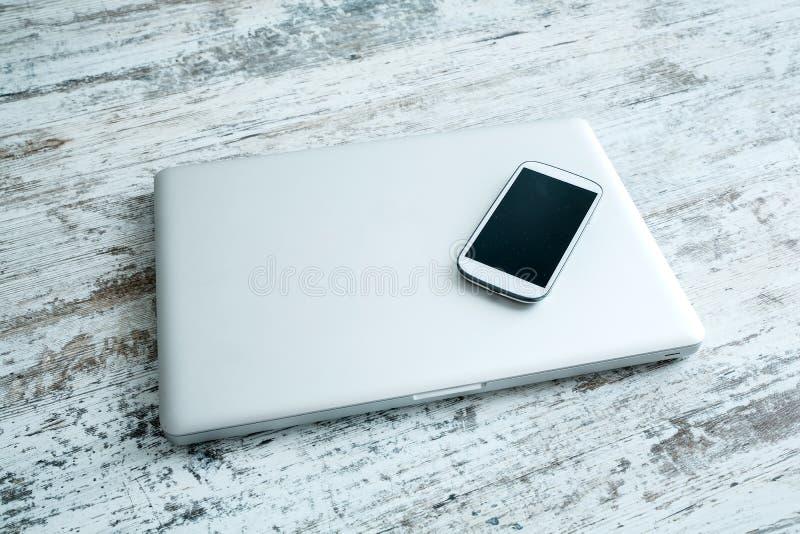 Smartphone и портативный компьютер стоковые изображения