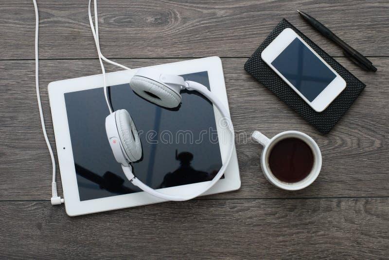 Smartphone и таблетка с наушниками стоковое изображение rf