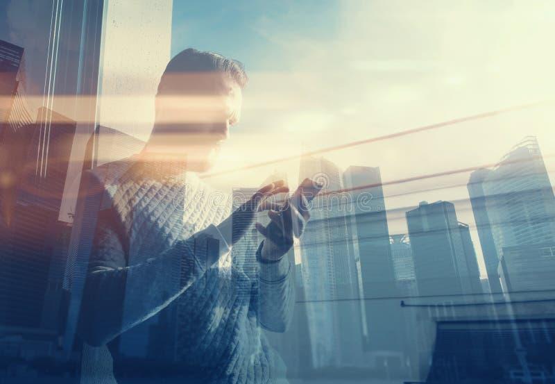Smartphone касающего экрана человека фото двойной экспозиции Изобразите бородатого менеджера торговца в взгляде современного офис стоковое фото