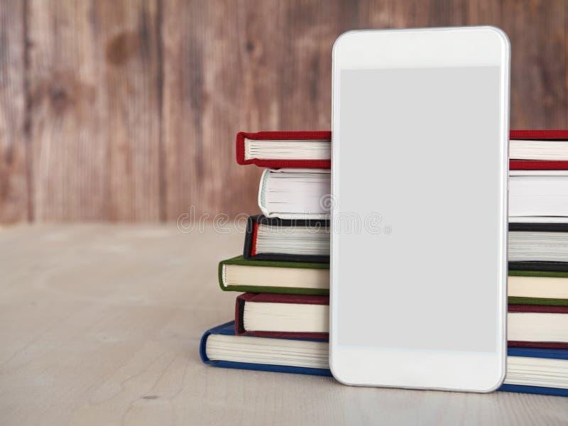 Smartphone, книги, читая app стоковые изображения