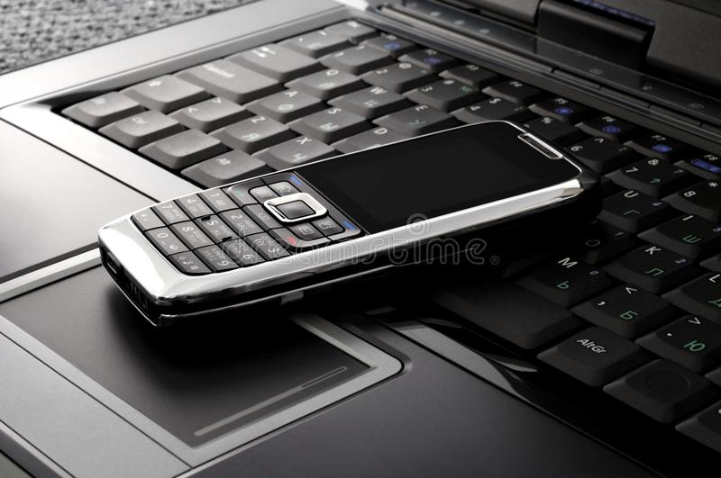 smartphone компьтер-книжки стоковая фотография
