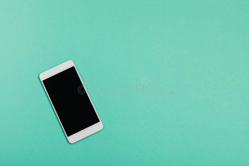 Smartphone на голубой предпосылке используя обои для образования, фото дела Примите примечание продукта для передвижной концепции стоковая фотография