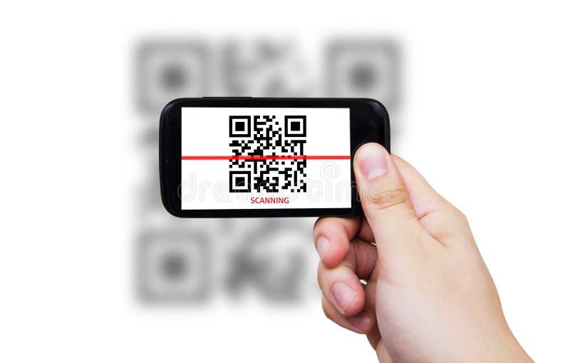 Smartphone просматривая код QR стоковое изображение rf