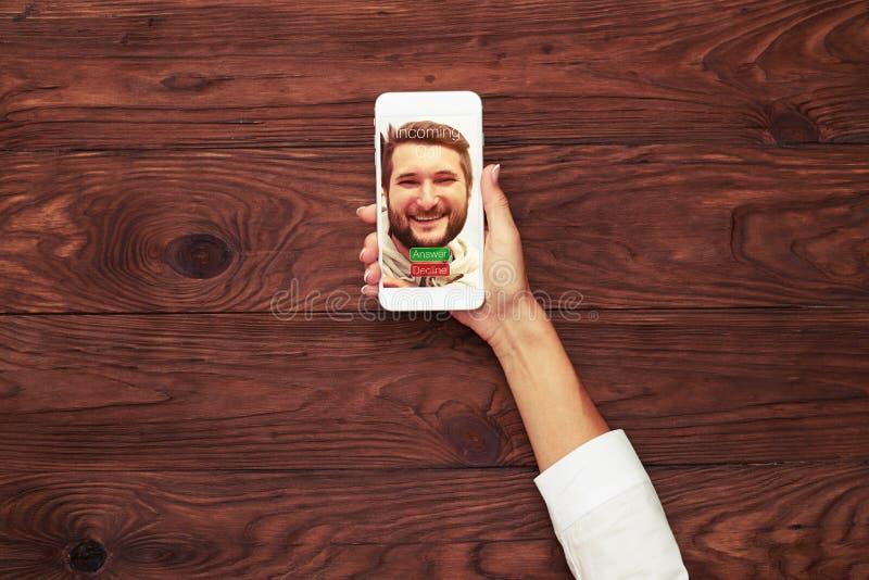 Smartphone с входящим звонком стоковые изображения rf