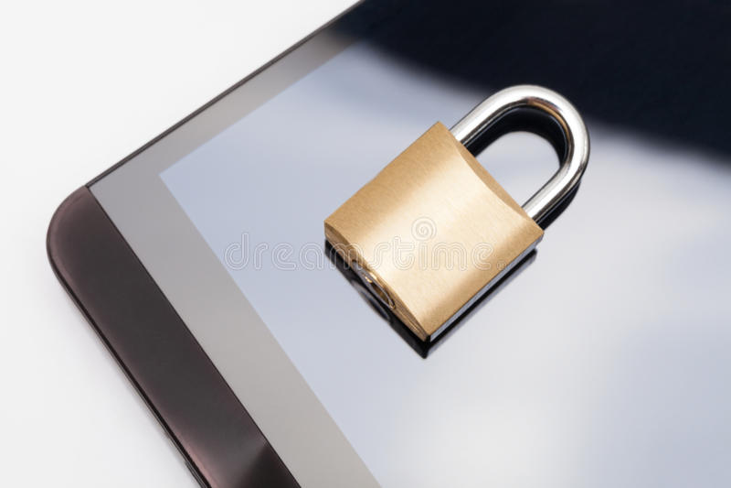 Smartphone с запертым замком над им - безопасность мобильного телефона и концепция защиты данных стоковые изображения