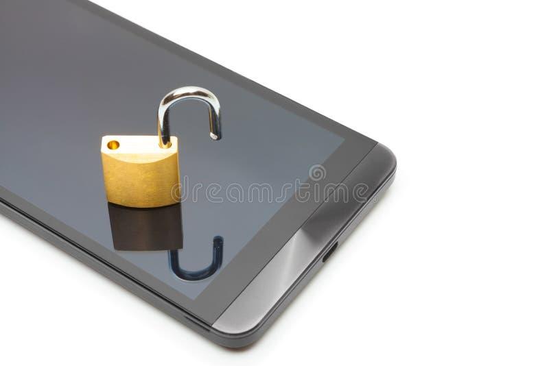 Smartphone с малым замком в открытом положении над им - концепция защиты данных стоковое изображение