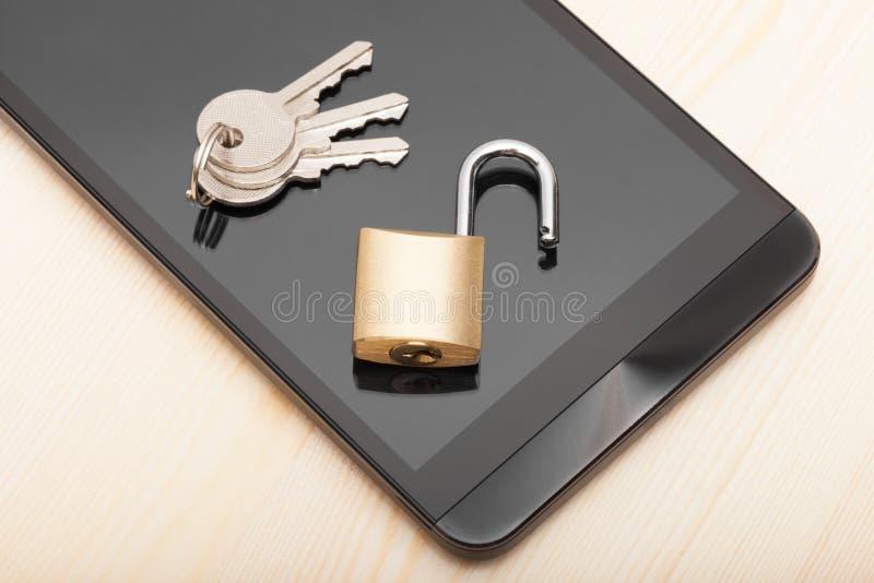 Smartphone с малым замком и ключами Безопасность мобильного телефона и концепция защиты данных стоковая фотография rf