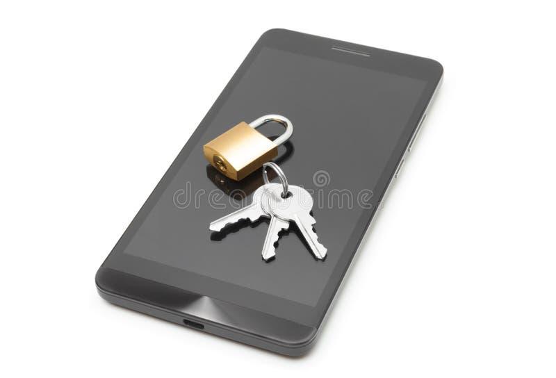Smartphone с малым замком и ключи над им - концепция защиты данных стоковое фото