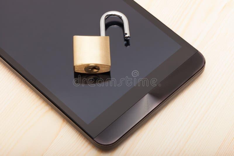 Smartphone с малым замком на ем Безопасность мобильного телефона и концепция защиты данных стоковые изображения rf