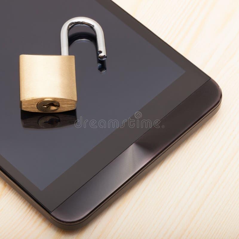 Smartphone с малым замком на ем - близкая поднимающая вверх съемка Безопасность мобильного телефона и концепция защиты данных стоковая фотография