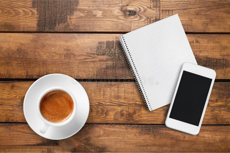 Smartphone с тетрадью и чашкой сильного кофе стоковое изображение