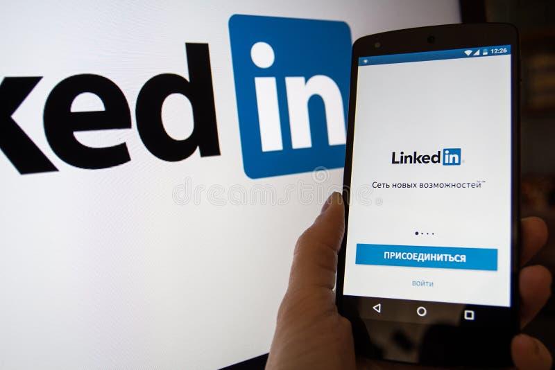 Smartphone с Linkedin домашняя страница com стоковая фотография rf
