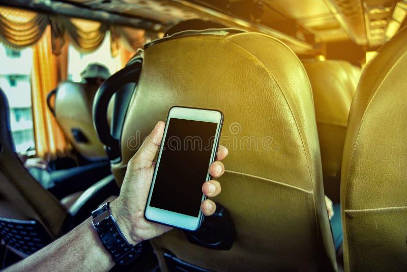 smartphone человека используя детенышей стоковое изображение