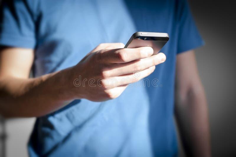 smartphone человека используя стоковое фото