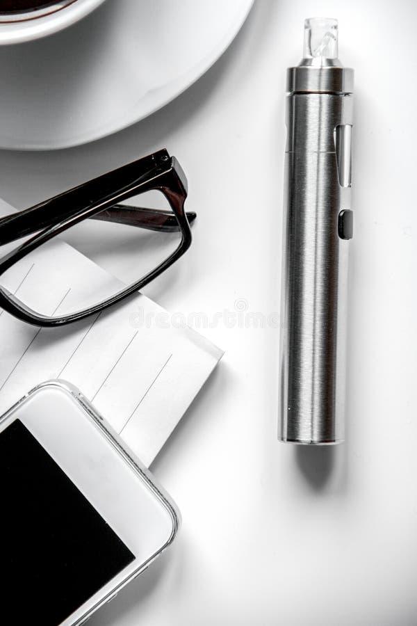 Smartphone, электронная сигарета и взгляд сверху аксессуаров ` s людей стоковые фотографии rf