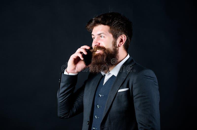 Κινητές διαπραγματεύσεις Ο επιχειρηματίας εκαλλώπισε καλά το ώριμο smartphone λαβής ατόμων Μαύρο υπόβαθρο στάσεων φίλων κλήσης τύ στοκ εικόνες