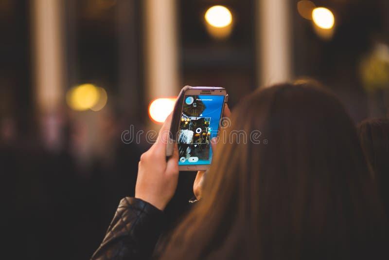 Девушка с smartphone стоковые изображения