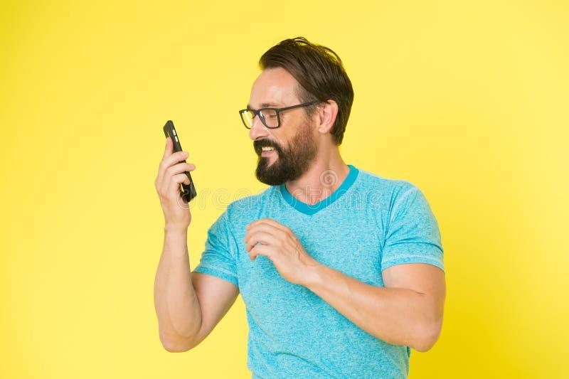 Smartphone alegre do uso do moderno Usuário feliz do homem do smartphone moderno Estada em contato com o smartphone moderno Junte imagens de stock