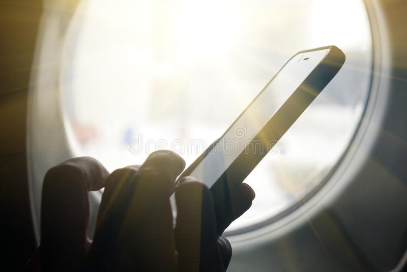 Smartphone alla finestra Tecnologia di affari ed il concetto delle idee di viaggio fotografia stock libera da diritti