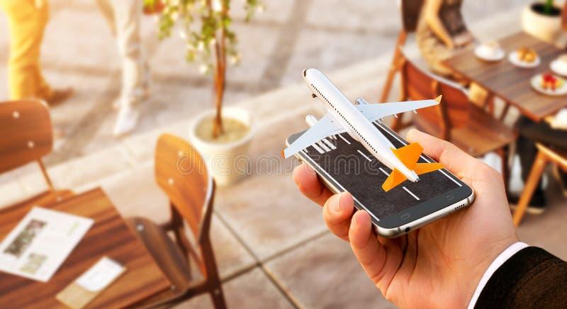 Smartphone applikation f?r online-s?kande-, k?pa och bokaflyg p? internet royaltyfri fotografi