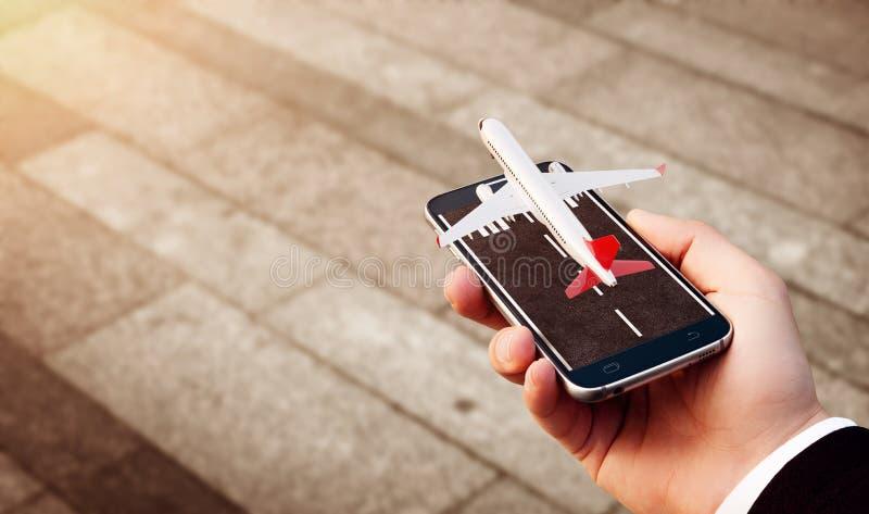 Smartphone applikation f?r online-s?kande-, k?pa och bokaflyg p? internet royaltyfri bild