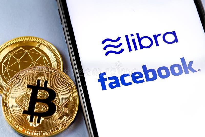 Smartphone avec Facebook et logo Libra image libre de droits