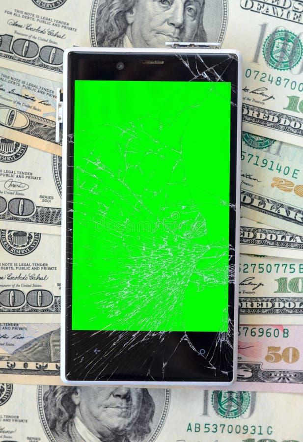 Smartphone avec l'écran cassé sur le fond d'argent photo libre de droits