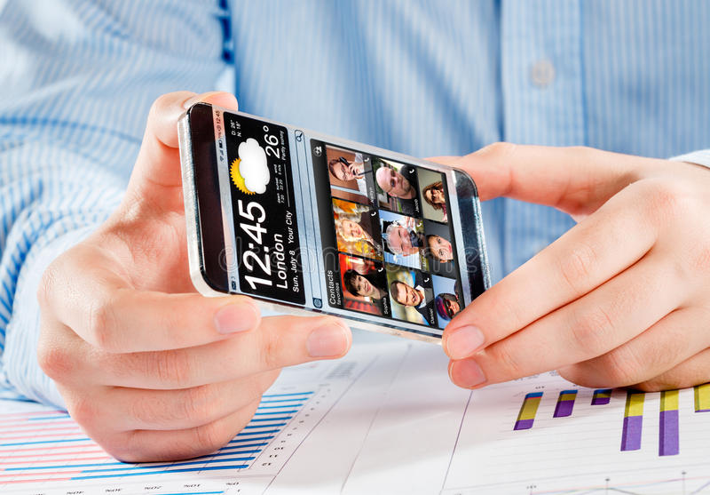 Smartphone avec l'écran transparent dans des mains humaines images stock