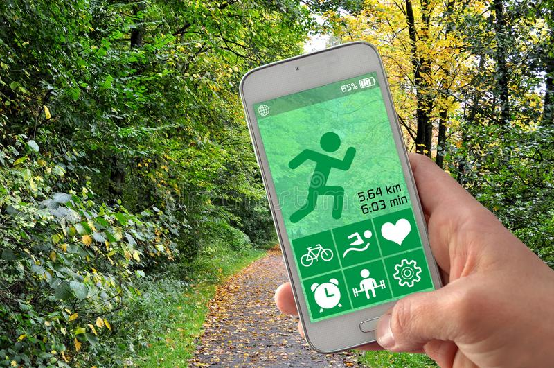 Smartphone avec l'appli de cheminement de forme physique photo libre de droits