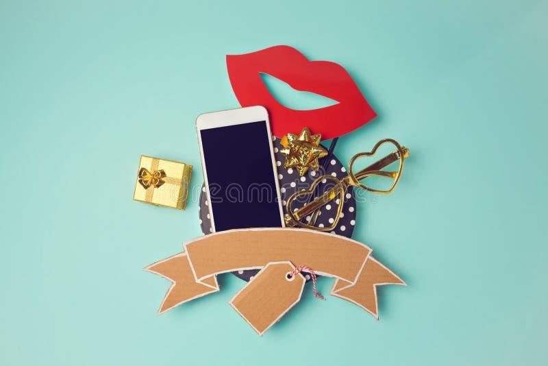 Smartphone avec la bannière et le boîte-cadeau de carton Image créative de héros de site Web photographie stock