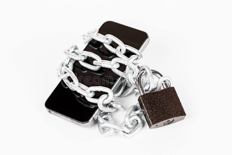 Smartphone avec la chaîne et la serrure verrouillées sur le fond blanc, secur image libre de droits
