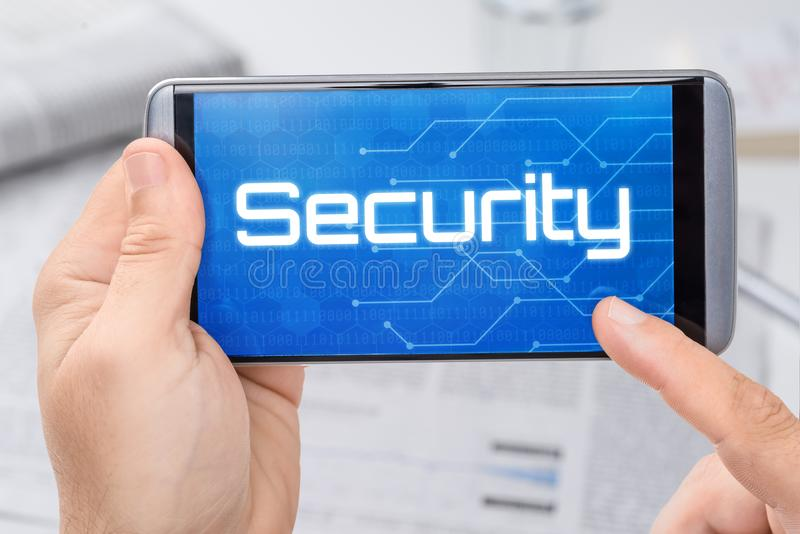 Smartphone avec la sécurité des textes photo stock