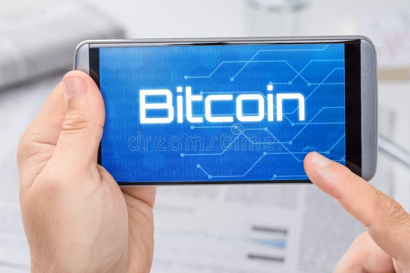 Smartphone avec le texte Bitcoin photo stock