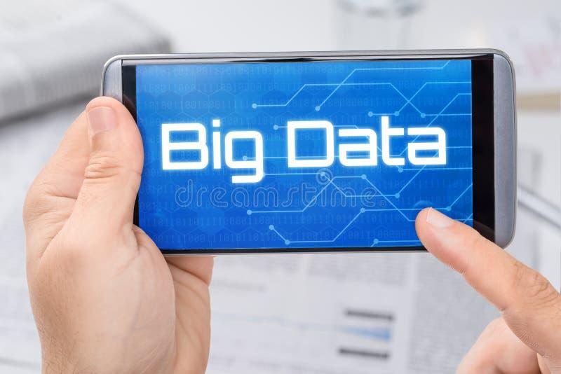 Smartphone avec les grandes données des textes image stock