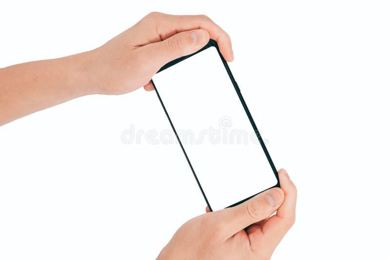 Smartphone bespot omhoog, Hand Twee houdend mobiele telefoon met het zwarte die scherm op witte achtergrond met het knippen van w stock foto's