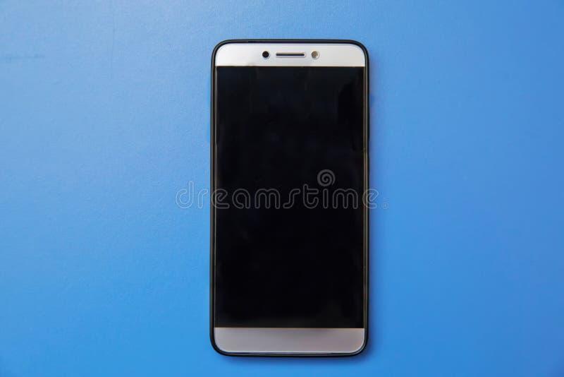 Smartphone bianco moderno della compressa del cellulare dello schermo attivabile al tatto isolato su fondo leggero Schermo vuoto  fotografia stock