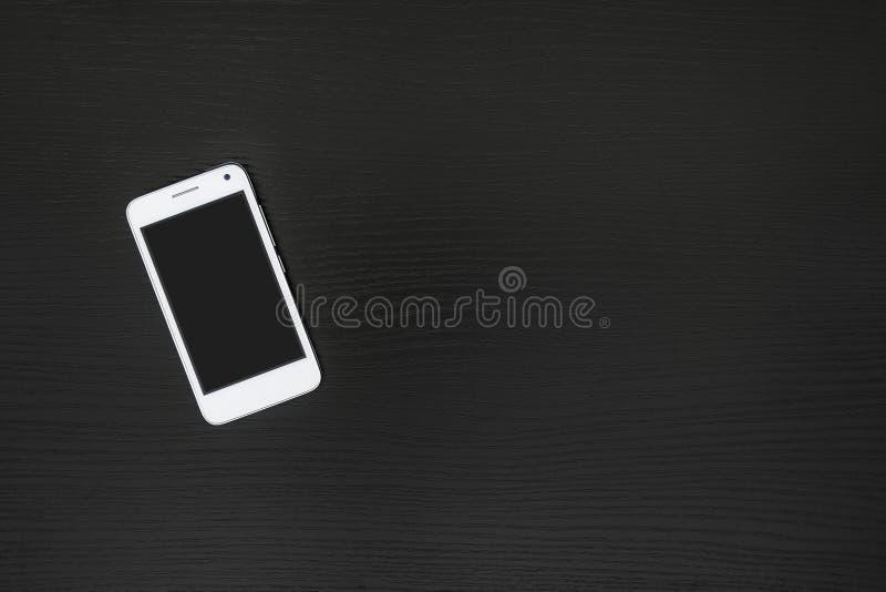 Smartphone bianco su fondo nero fotografie stock libere da diritti
