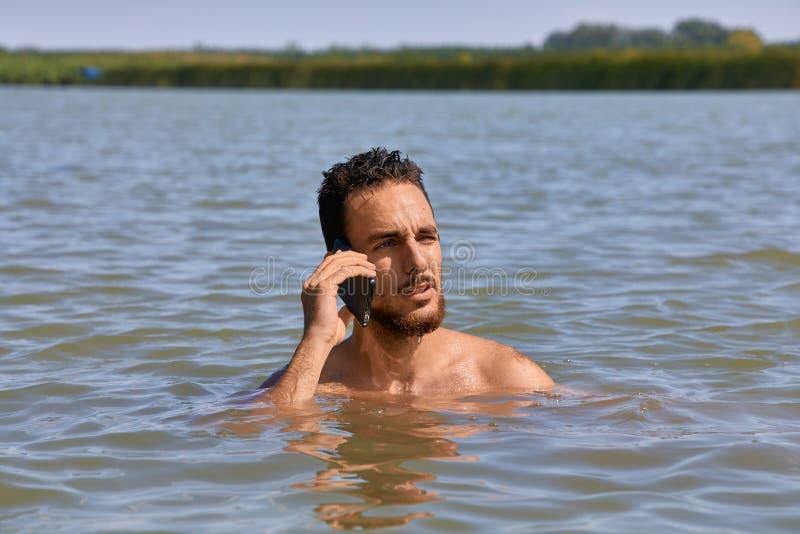 Smartphone bij het strand royalty-vrije stock fotografie