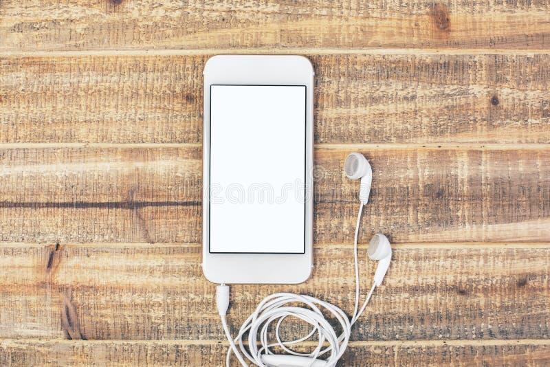 Smartphone blanc avec des écouteurs images libres de droits