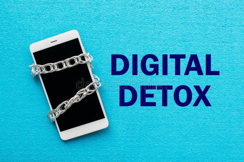 Smartphone blanc avec la chaîne en métal sur le fond bleu Digital De photos stock
