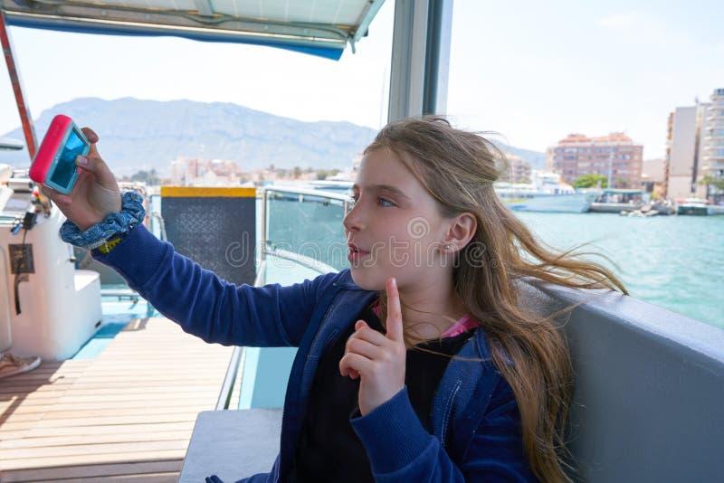 Smartphone blond de selfie de chant de fille images libres de droits