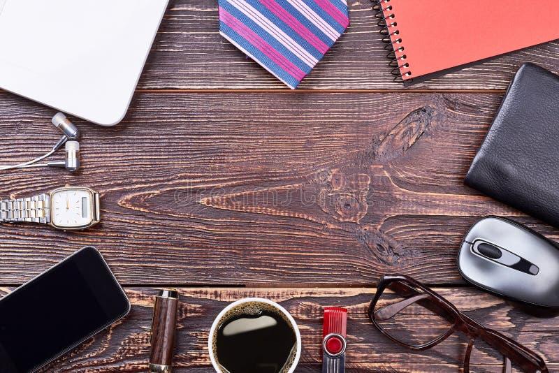 Smartphone, café y vidrios imágenes de archivo libres de regalías