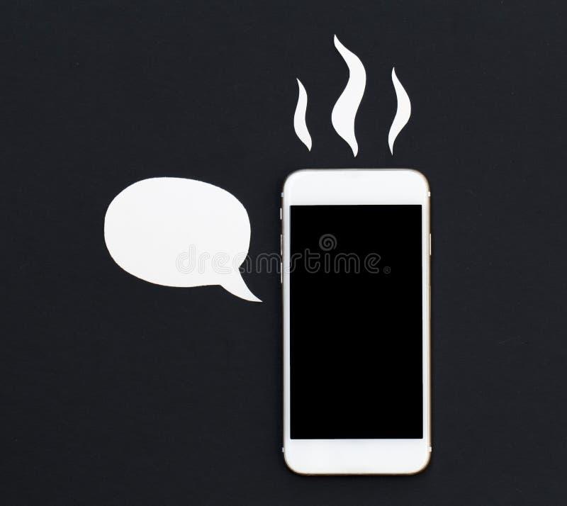 Smartphone chaud avec la bulle des textes de bande dessinée Téléphone blanc en collage de coupe de papier photographie stock