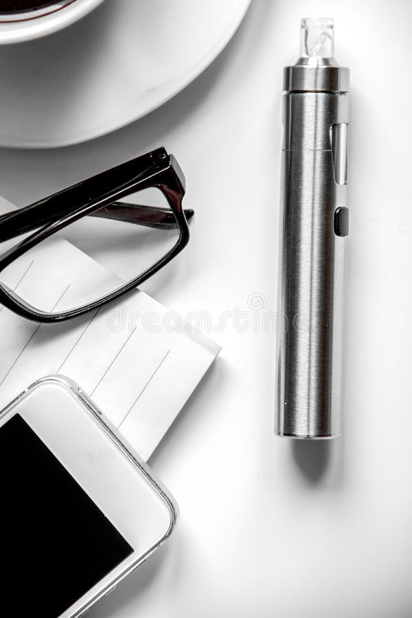 Smartphone, cigarro eletrônico e opinião superior dos acessórios do ` s dos homens fotos de stock royalty free