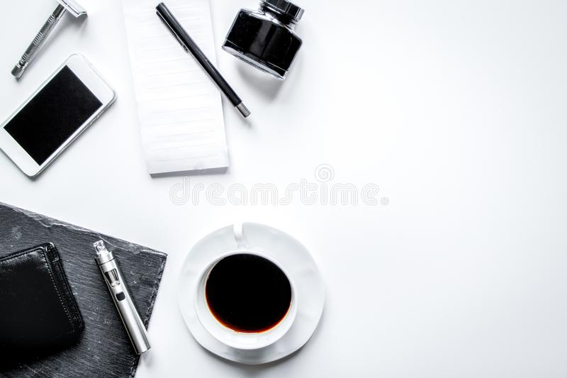 Smartphone, cigarro eletrônico e opinião superior dos acessórios do ` s dos homens foto de stock