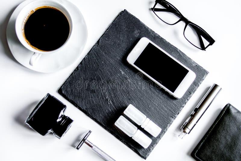 Smartphone, cigarro eletrônico e opinião superior dos acessórios do ` s dos homens imagens de stock royalty free