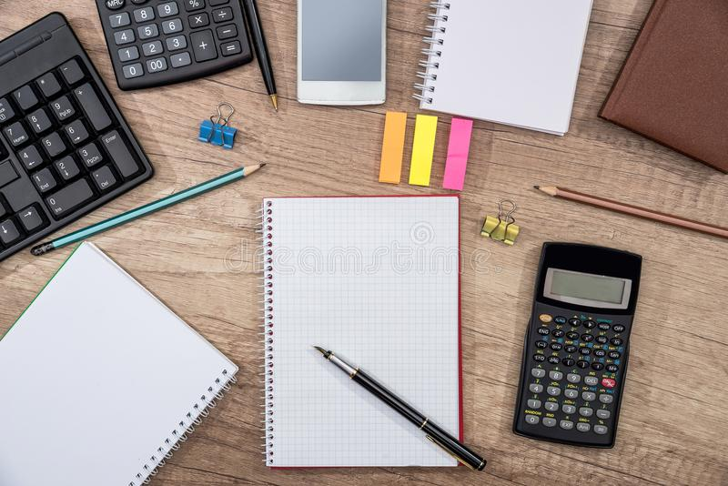 Smartphone, clavier d'ordinateur, calculatrice, stylo et bloc-notes photo stock