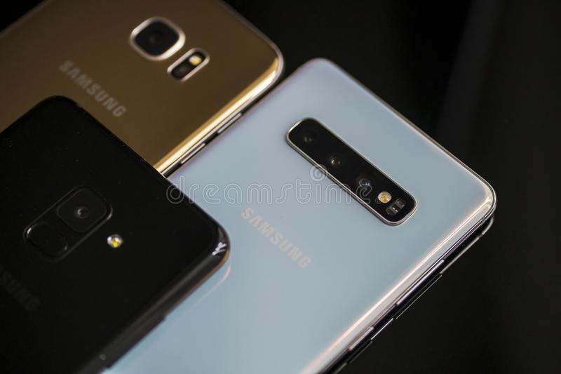 Smartphone colorido de Samsung con diversos tipos imagen de archivo libre de regalías